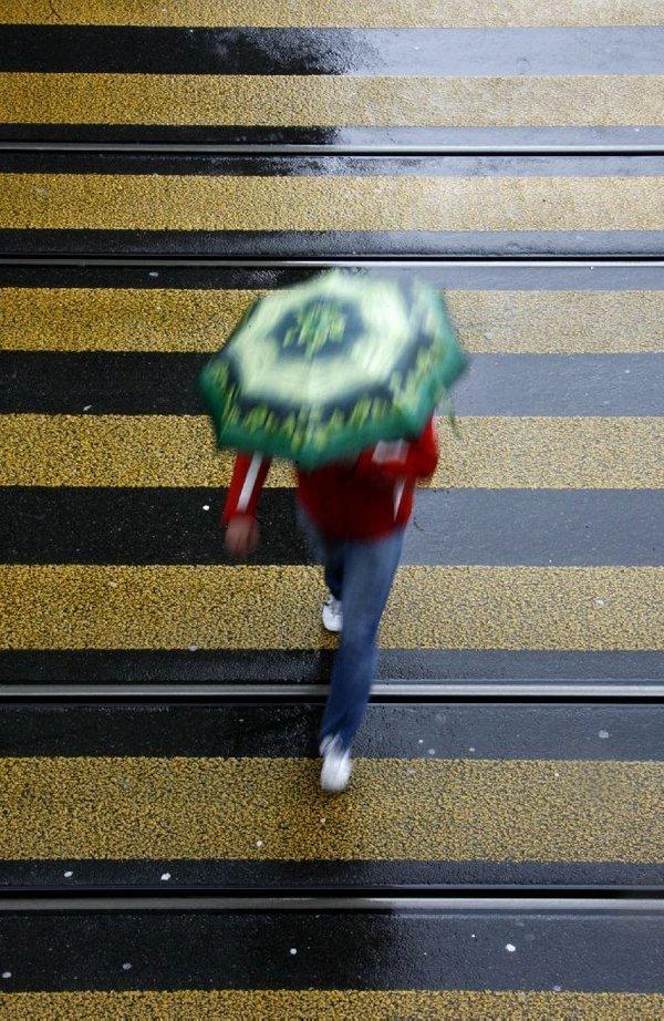 Moški z dežnikom
