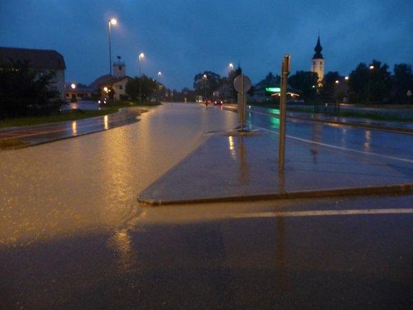 Poplavljena cesta Maribor - Lenart v kraju Pernica