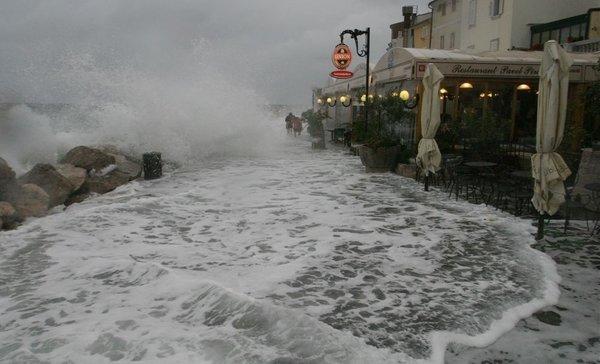 Razbesnelo morje v Piranu