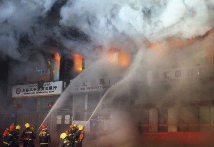 Poslovna stavba v plamenih