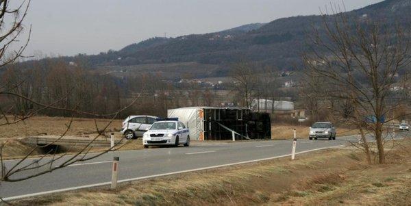 Prevnjen tovornjak na cesti Šempas - Nova Gorica - 3