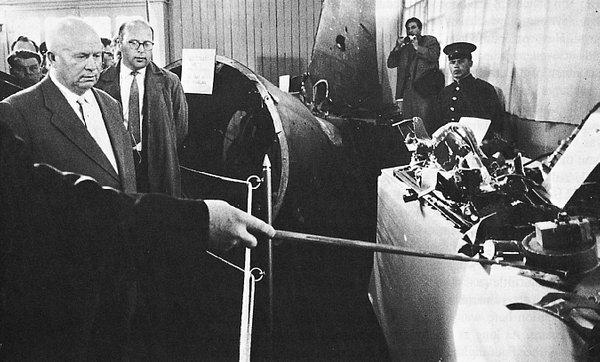 Hruščov si ogleduje razbitine letala. (Foto: wikimedia.com)