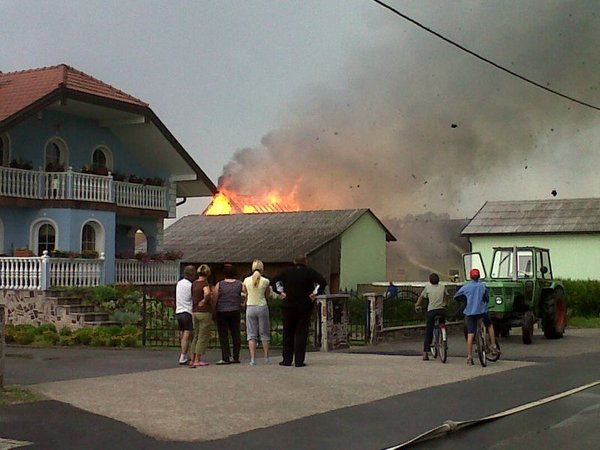 V Pleterjah strela zanetila požar