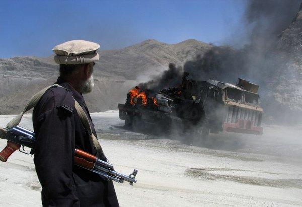 Pripadnik pakistanskih varnostnih sil po napadu talibanov
