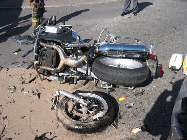 Prometna nesreča reševalca na motorju - 2